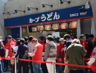 阪神ファンが食らうカープうどん❗(文:印刷製本部 北村)